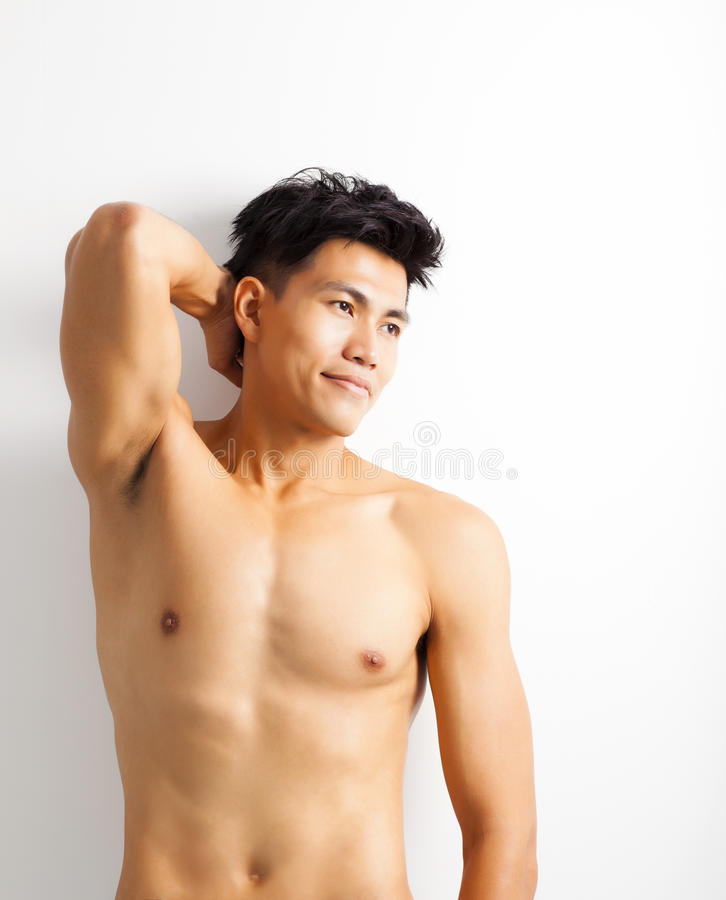 Shirtless muskulös ung asiatisk man royaltyfri bild