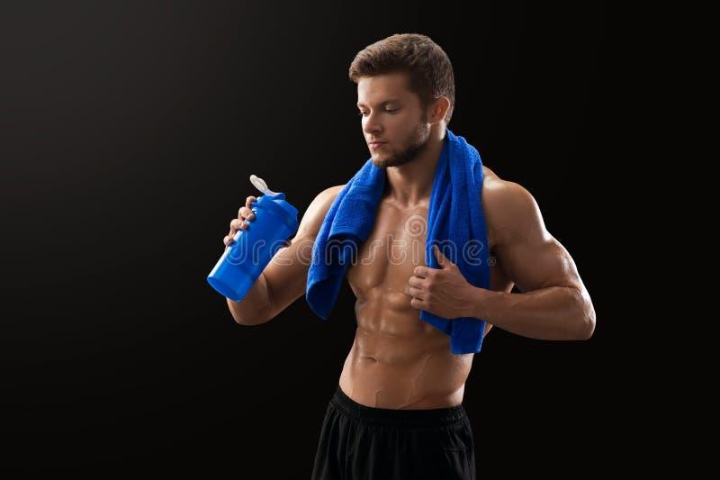 Shirtless riven sönder idrottsman som dricker efter genomkörare royaltyfri foto