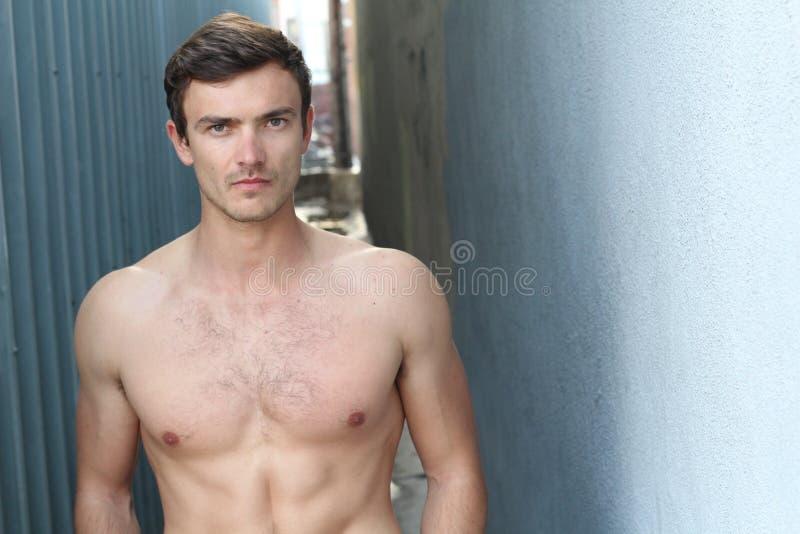 Shirtless sexig attraktiv passformman med kopieringsutrymme royaltyfri foto