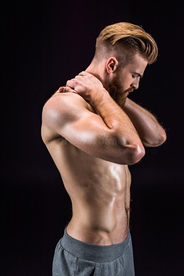 Shirtless skäggigt posera för kroppsbyggare som isoleras på svart arkivbild