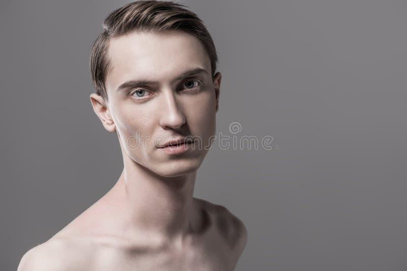 Shirtless spenslig man royaltyfri bild