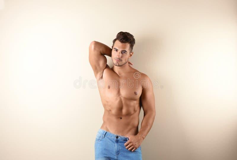 Shirtless ung man i stilfull jeans royaltyfri foto