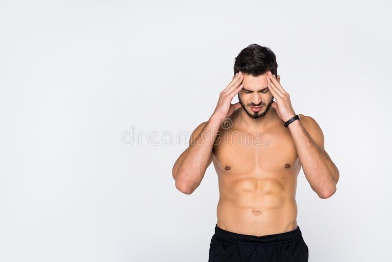 shirtless ung sportive man med huvudvärk royaltyfri foto