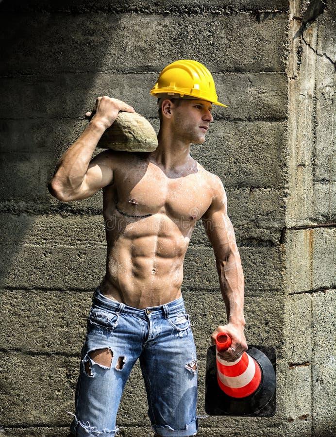 Shirtless utomhus- för stilig muskulös byggnadsarbetare royaltyfri fotografi