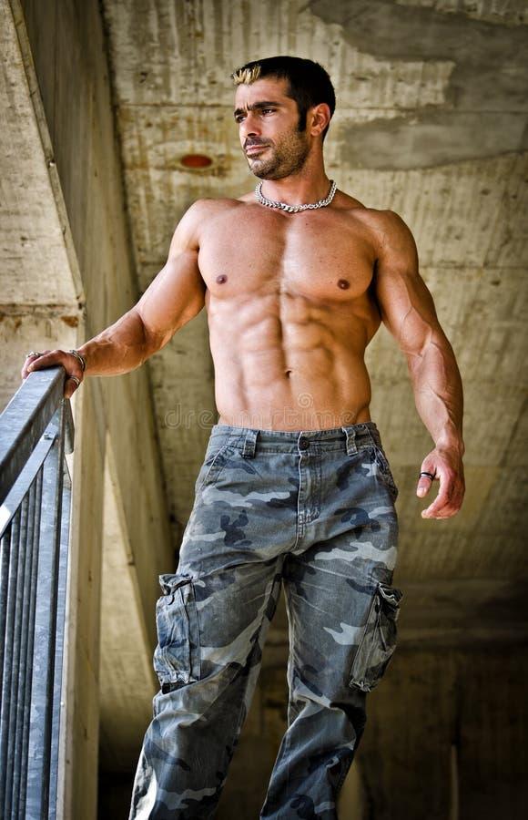 Shirtless varm muskulös byggnadsarbetare arkivbild