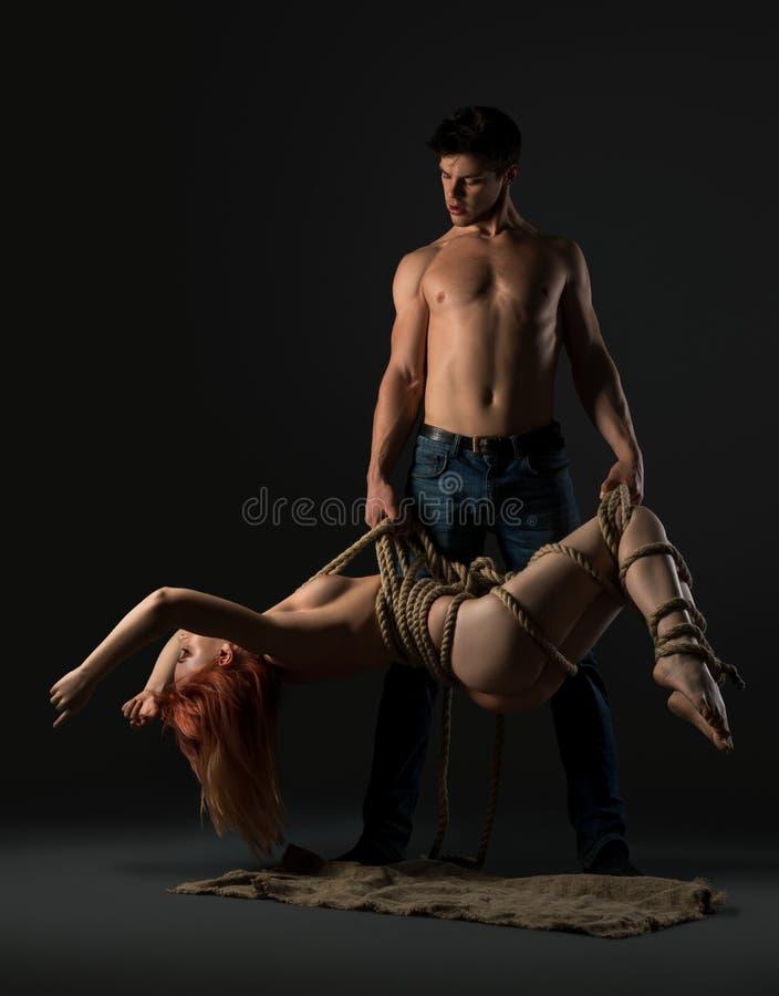 Download Shirtlesss Man Och Nakenstudiekvinna Som Binds Med Repsikt Arkivfoto - Bild av sexigt, män: 106829140