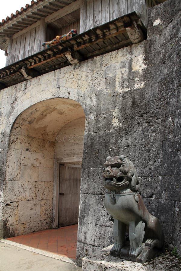 Shisa förmyndare i den Shuri slotten, Naha, Okinawa royaltyfria bilder