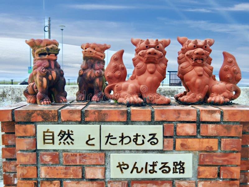 Shisa - f?rmyndarelejon i Okinawa, Japan arkivbilder