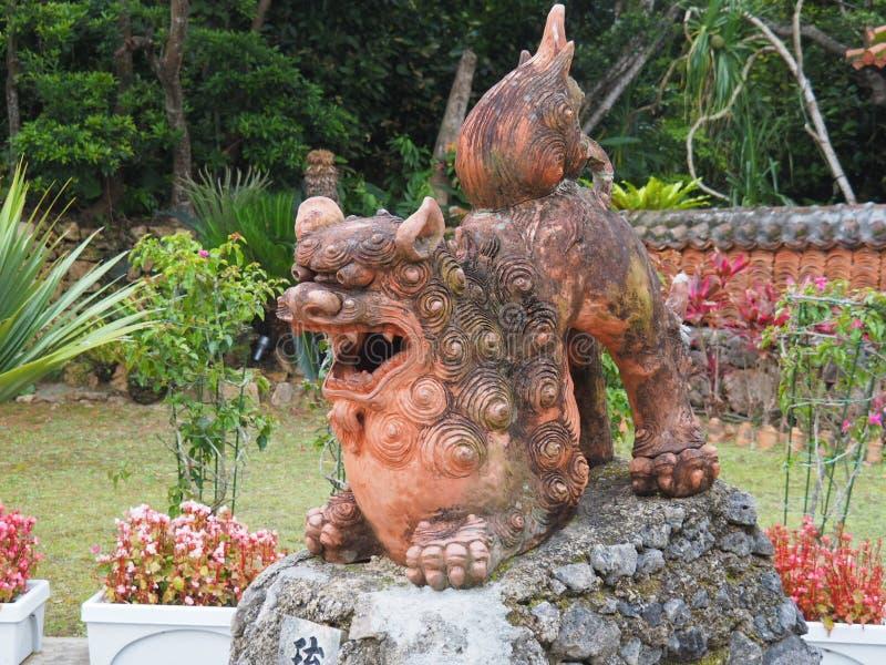 Shisa - f?rmyndarelejon i Okinawa, Japan royaltyfri foto