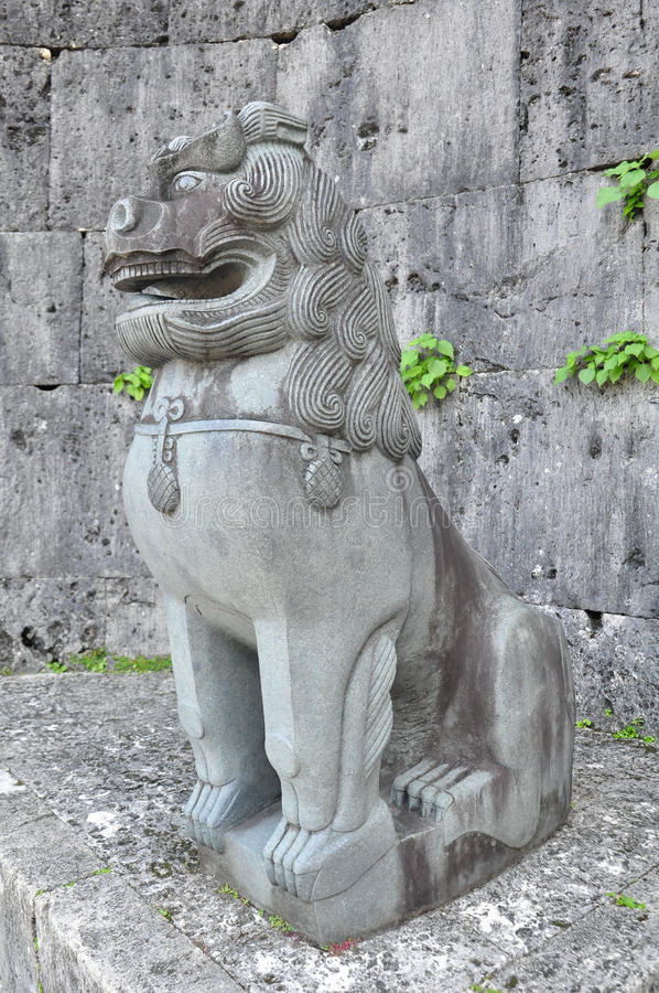 Shisa stenlejon på den Kankaimon porten, Shurijo slott, Okinawa royaltyfria foton