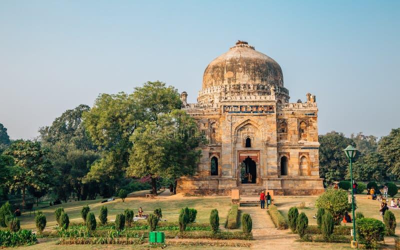 Shish Gumbad y árboles y gente verdes en Lodhi cultiva un huerto en Delhi, la India fotos de archivo