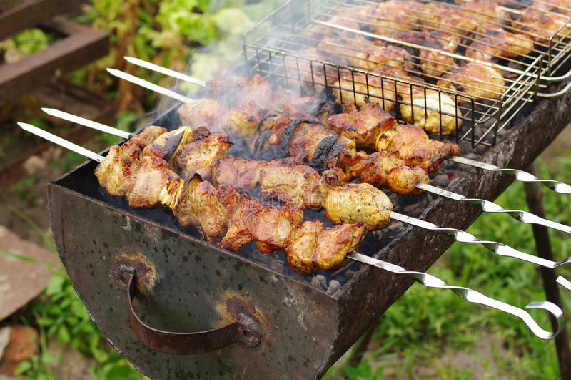 Shish kebab σε ένα οβελίδιο στοκ εικόνα με δικαίωμα ελεύθερης χρήσης