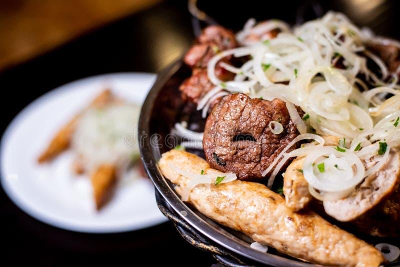 Shish kebab σε ένα πιάτο στοκ εικόνες με δικαίωμα ελεύθερης χρήσης