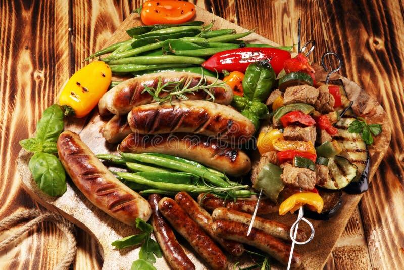 与菜的被分类的可口烤肉在烤肉 shish烤在串的猪肉或kebab有菜的 ?? 免版税库存照片