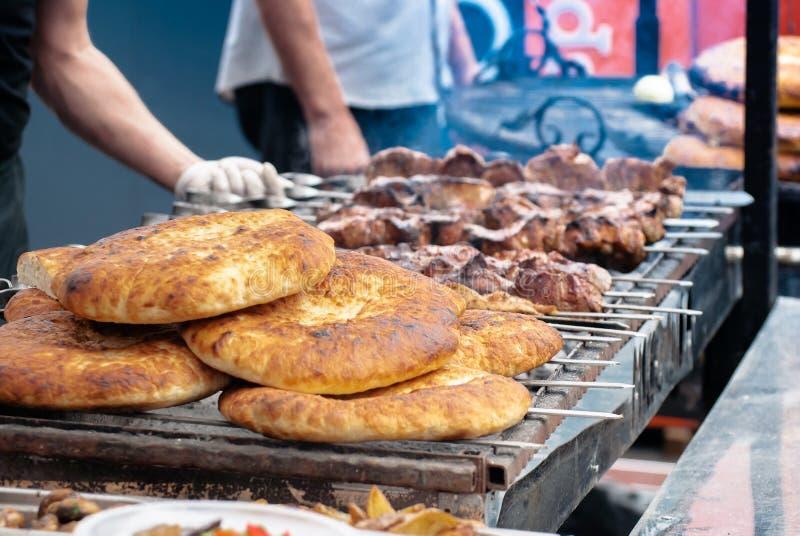 Shish kebab i pita chleb na grillu, zakończenie obrazy stock
