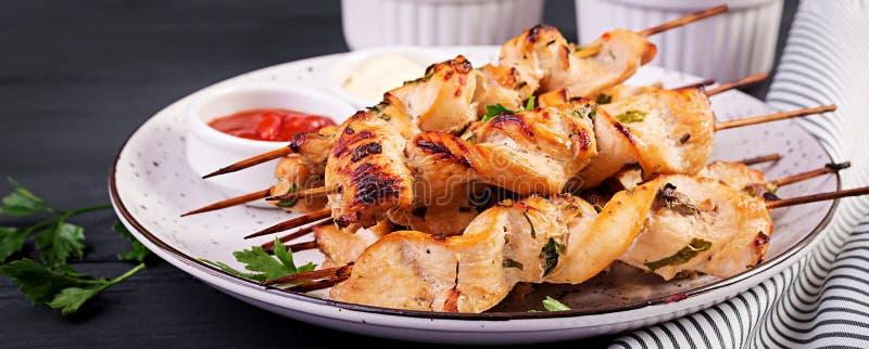 shish kebab kurczaka Szasz?yk - piec na grillu ?wie?y i mi?sny vegetablesChicken shish kebab Szasz?yk - piec na grillu mi?so fotografia stock
