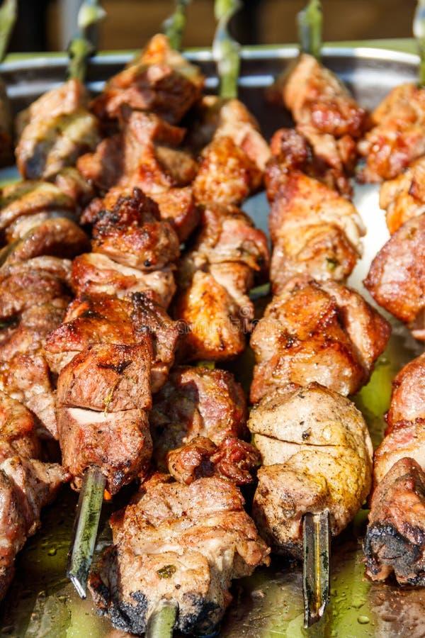 Shish kebab na skewersach. Sashlik wieprzowy gotowany na grillu obrazy stock