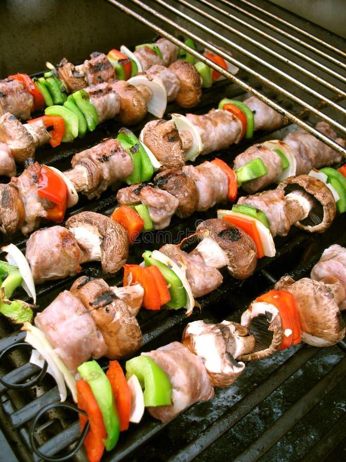 Shish Kebabs sur le gril images stock