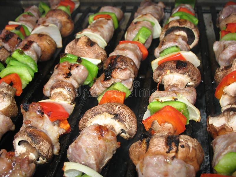Shish Kebabs sur le gril photos libres de droits