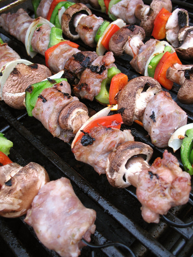 Shish Kebabs sur le gril photographie stock