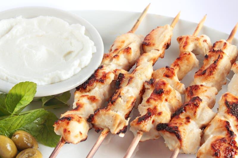 Shish-taouk - Hühnerkebab auf weißer Servierplatte stockfotografie