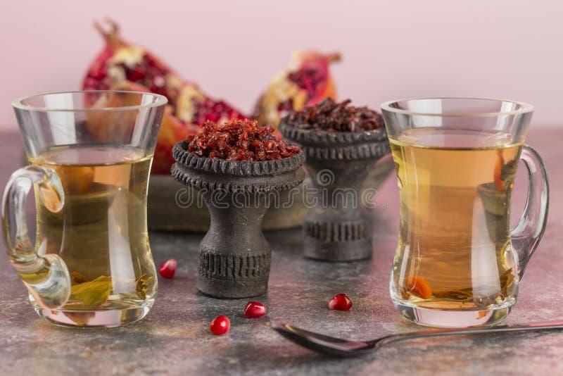Shisha抽烟的水烟筒不同的品种  黑色锻炼了水烟筒的陶瓷碗在茶杯背景中和 库存照片