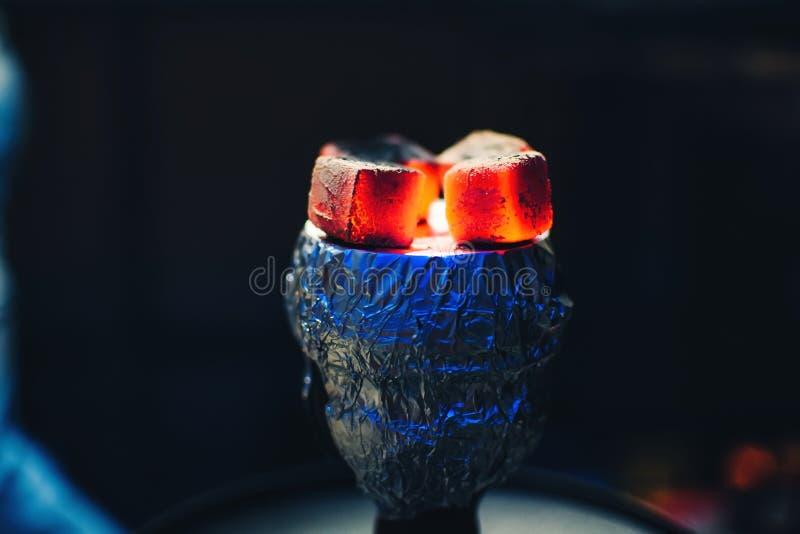 Shisha的煤炭在箔的在有抽烟的碗和炽热 免版税库存图片