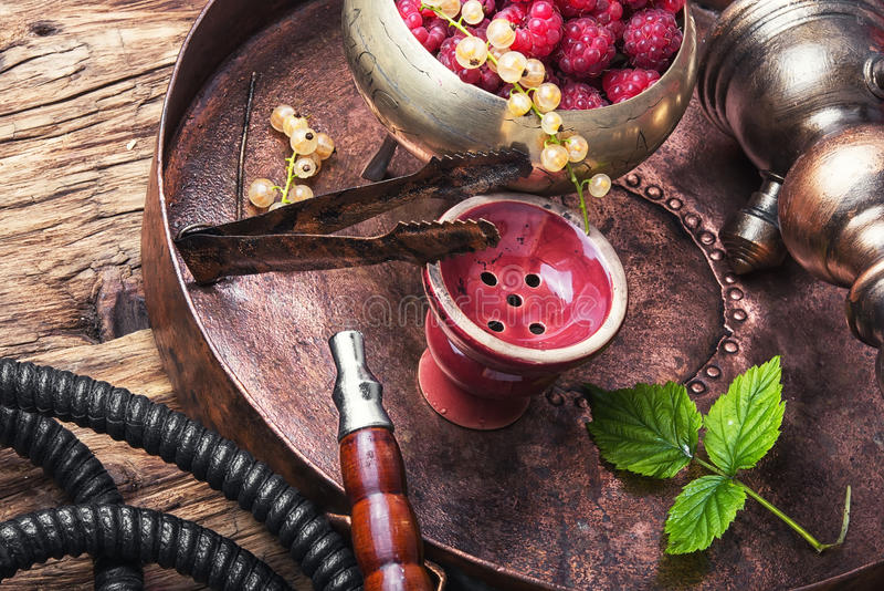 Shisha水烟筒用莓 免版税库存照片