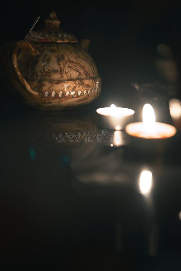 在做云彩的shisha碗的水烟筒热的煤炭蒸汽在阿拉伯内部 E 库存照片