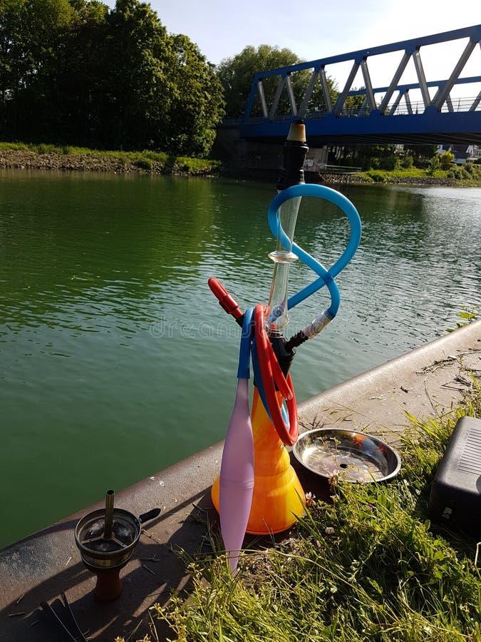 Shisha am Wasserkanal lizenzfreies stockbild