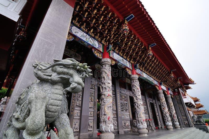 Shishi - Chińska cesarska opiekunu lwa statua przy pagodową świątynią fotografia royalty free