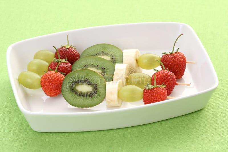 Shishkabobs fruités photo stock