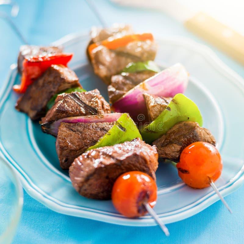 Shishkabobs grillés de boeuf sur la fin de table  photos stock