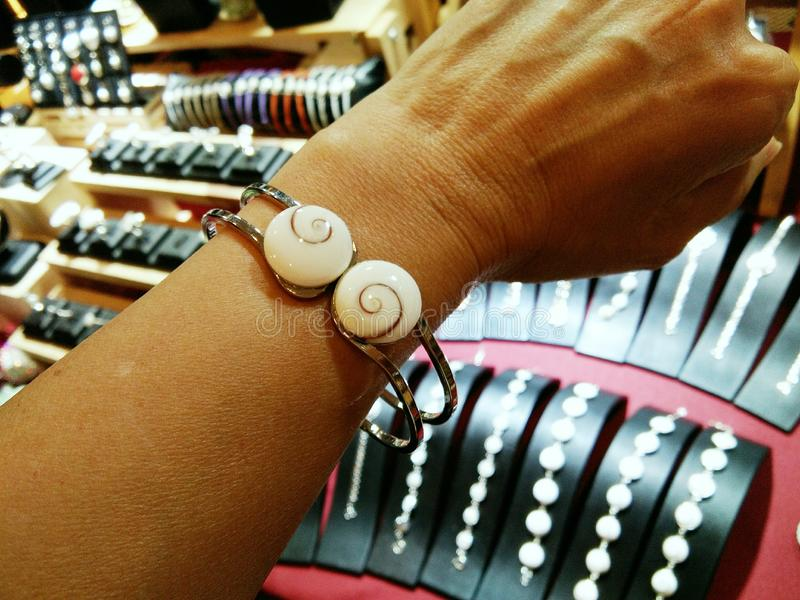 Shiva Eye Shell-Armband auf Handgelenk stockfotografie