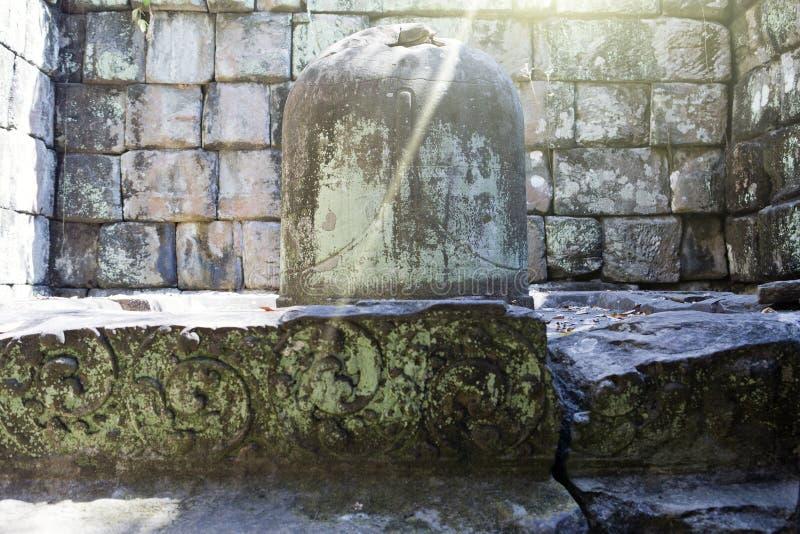 Shiva Linga i Prasat Thneng fördärvar, det Koh Ker tempelkomplexet, Cambodja arkivbilder