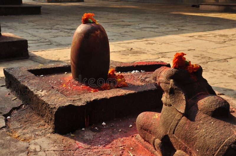 Shiva Linga und heilige Stierstatue in einem hindischen Tempel lizenzfreie stockbilder