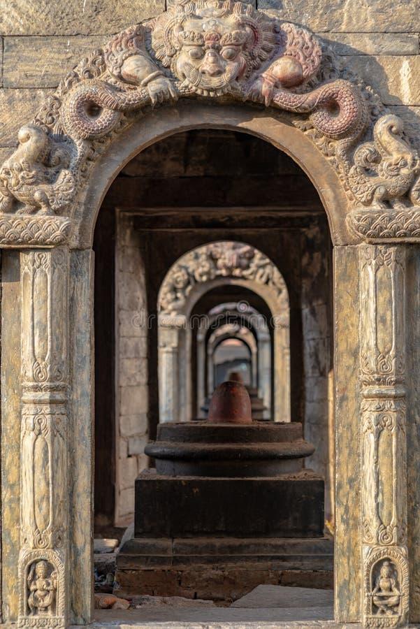 Shiva-lingams in den kleinen Tempeln lizenzfreie stockfotografie