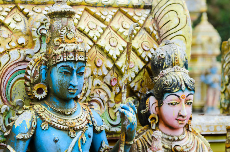Shiva mit seiner Frau Parvati auf traditionellem hindischem Tempel stockbild