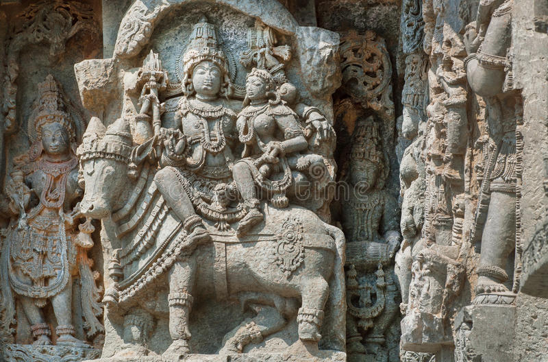 Shiva, Parvati e touro Nandi na parede do templo indiano Exemplo da arquitetura antiga, Índia imagem de stock royalty free