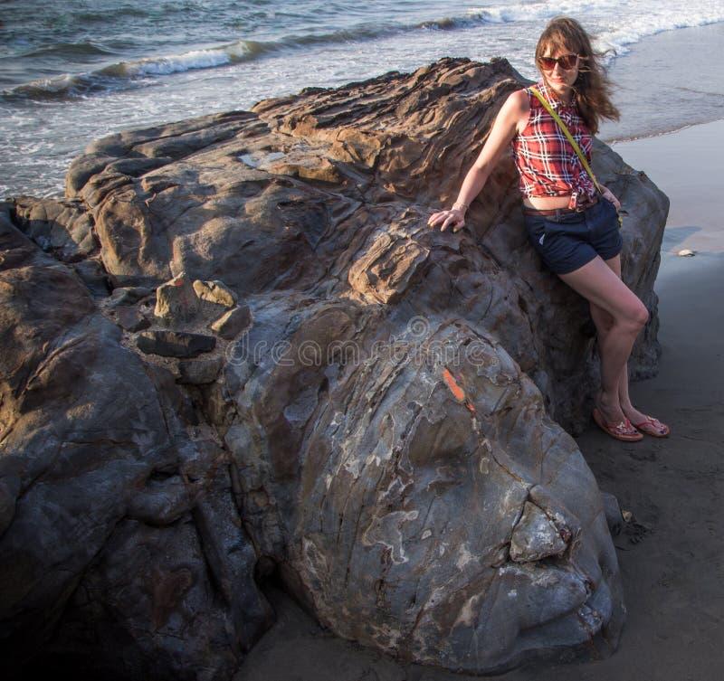 Shiva skały cyzelowanie, Północny Goa, India Młoda kobieta przy Małym Vaga fotografia stock