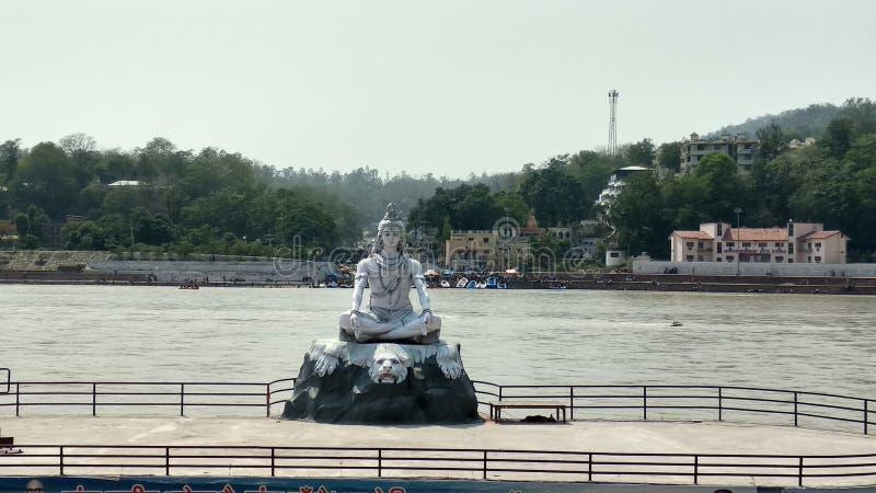 Shiva Statue im Ganges in Rishikesh Uttarakhand lizenzfreie stockfotos