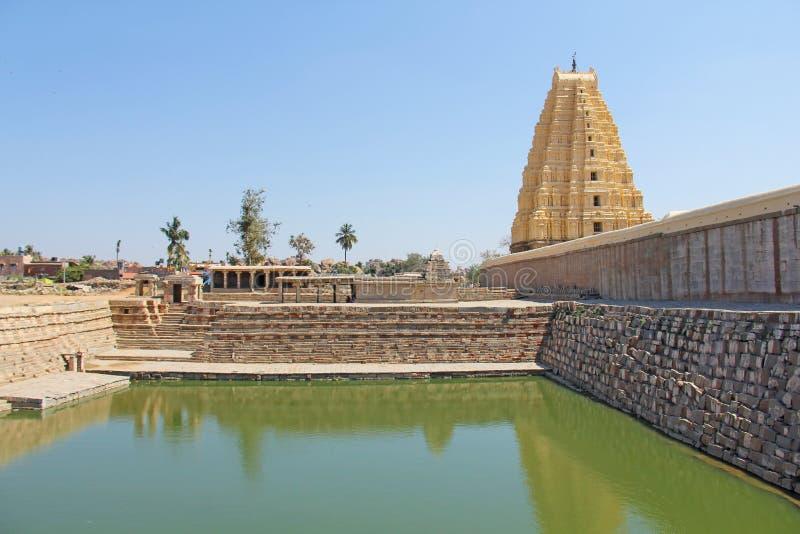 Shiva Virupaksha Temple och grönt damm, grönt vatten Hampi Karn arkivbild