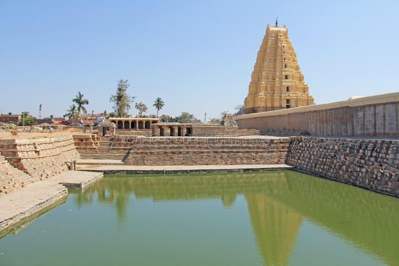 Shiva Virupaksha Temple och grönt damm, grönt vatten Hampi Karn royaltyfri foto