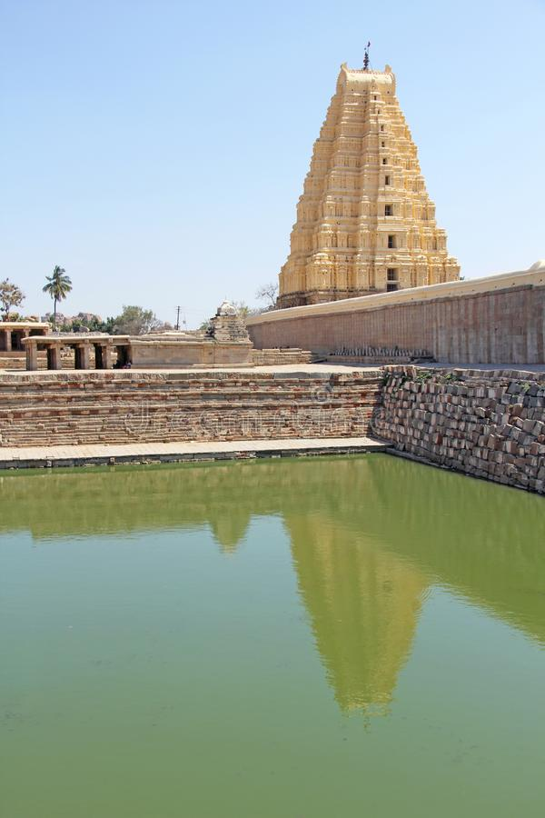 Shiva Virupaksha Temple och grönt damm, grönt vatten Hampi Karn royaltyfria bilder