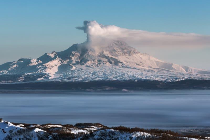 Shiveluch vulkan - aktiv vulkan för utbrott av Kamchatka royaltyfria bilder
