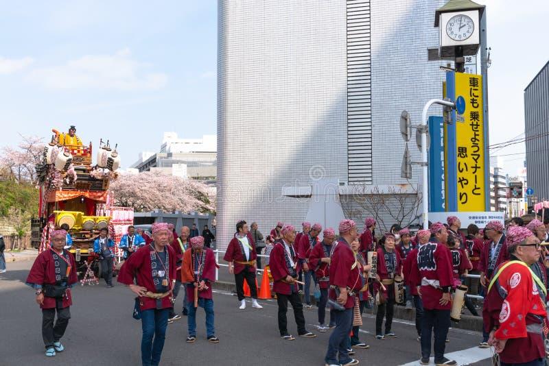 Shizuoka-Festival (Shizuoka Matsuri) mit Kirschblüten stockbilder