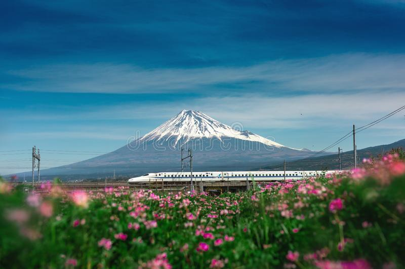 SHIZUOKA, JAPÃO-ABRIL 5.2019:Comboio-bala Shinkansen passando pelo Monte Fuji, Yoshiwara, Distrito de Shizuoka, Japão fotos de stock