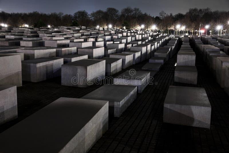 Shoah minnesmärke i Berlin At Night royaltyfria bilder