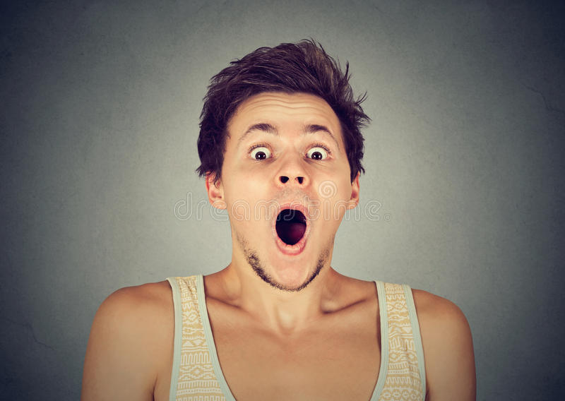 Shocked使充分的怀疑的尖叫的人惊奇 免版税图库摄影