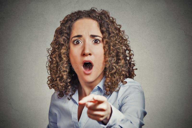 Shocked害怕了指向手指的女商人 库存图片